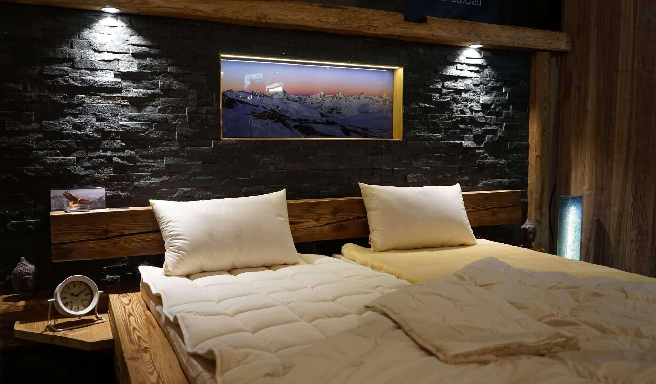 Altholz bett mit stein r ckwand mit eingerahmten bild - Bett mit ruckwand ...