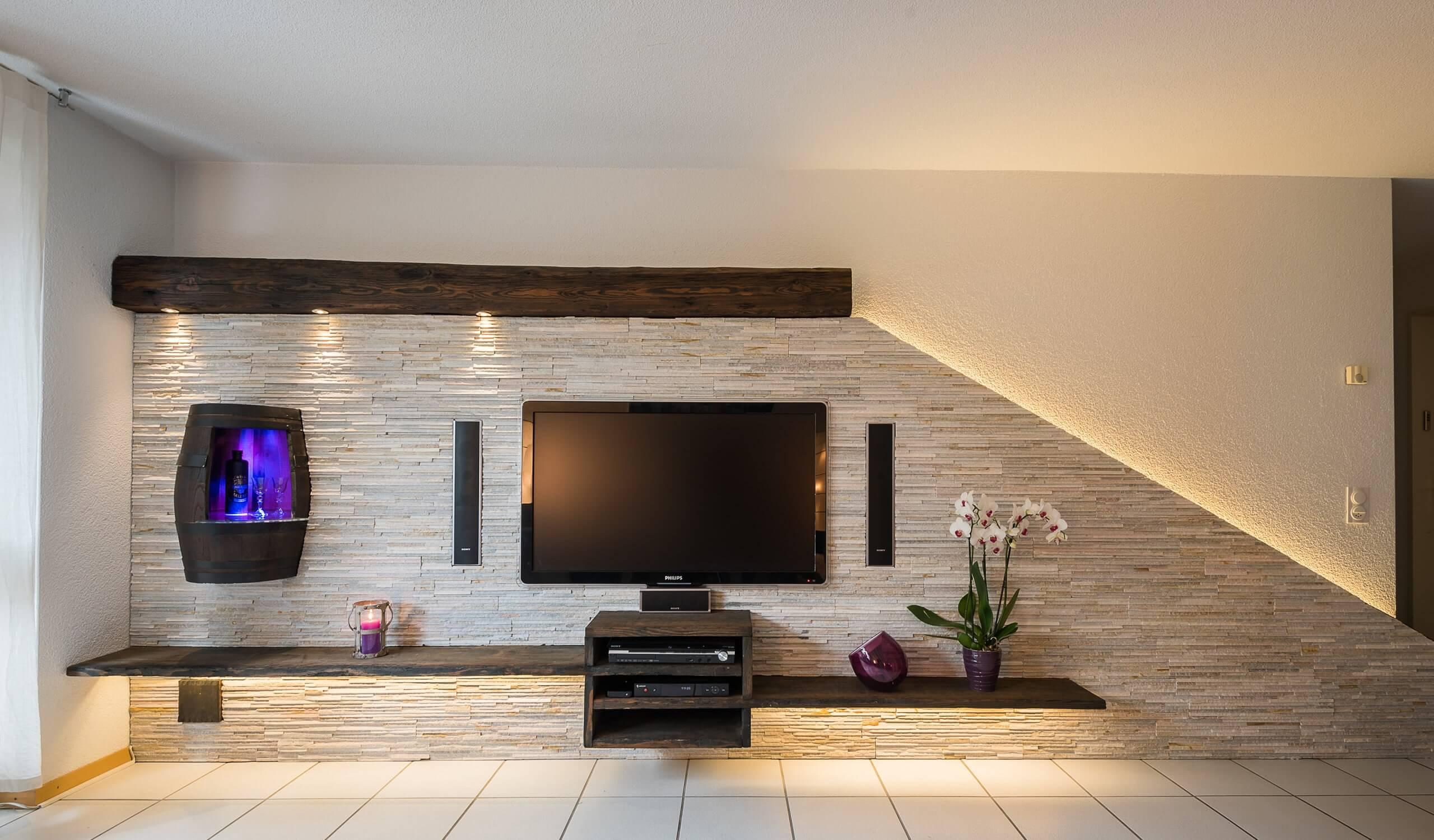 Hifi integration in steinwand mit weinfass und beleuchtung for Steinwand tv